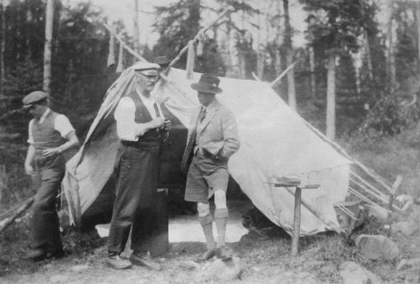 Prince_Edward,_Prince_of_Wales_speaking_with_guide_in_the_woods_near_Nipigon,_Ontario
